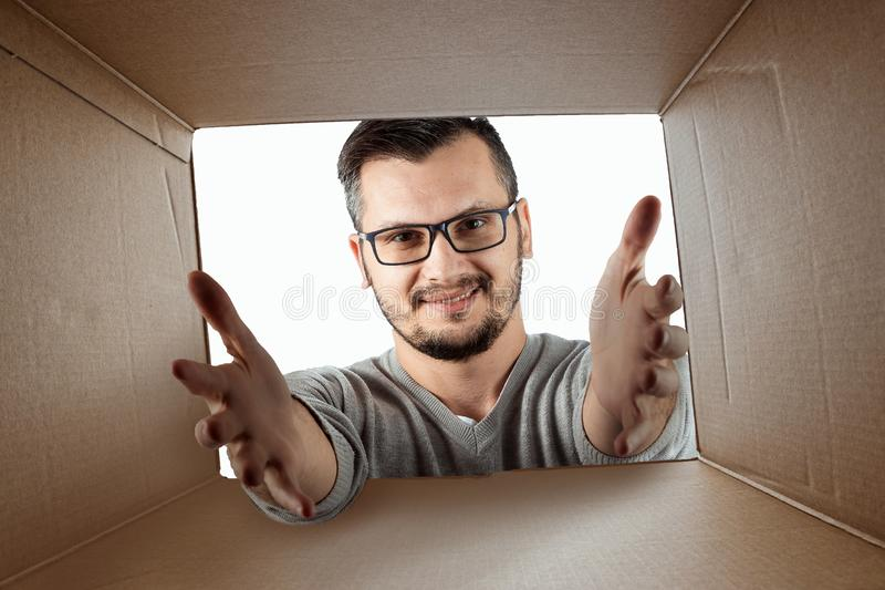 Unboxing, Creatieve achtergrond, blije mens opent de doos en kijkt in verrassing Het pakket, levering, verrassing, gift royalty-vrije stock foto