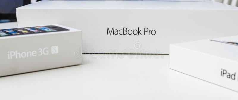 Unboxing d'ordinateur portable d'Apple MacBook Pro photos libres de droits