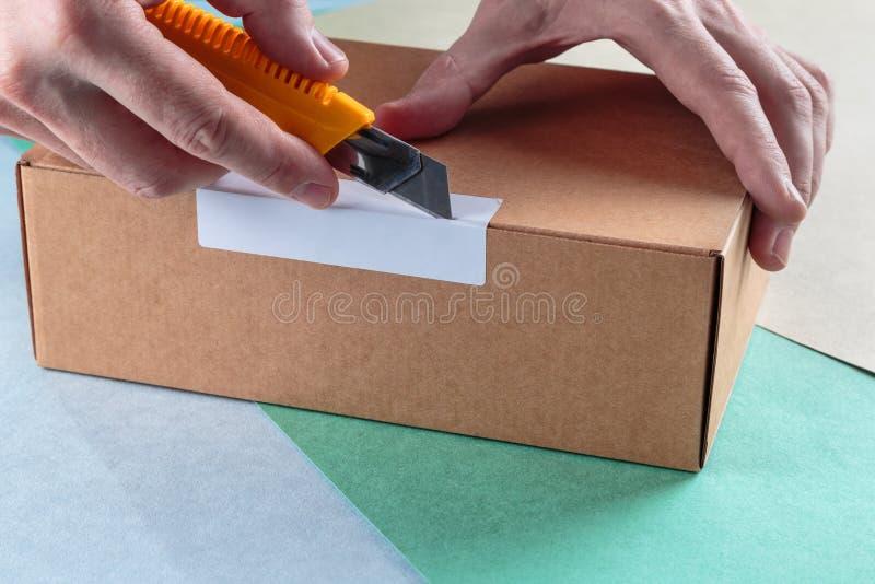 Unboxing los paquetes llenos imagen de archivo libre de regalías