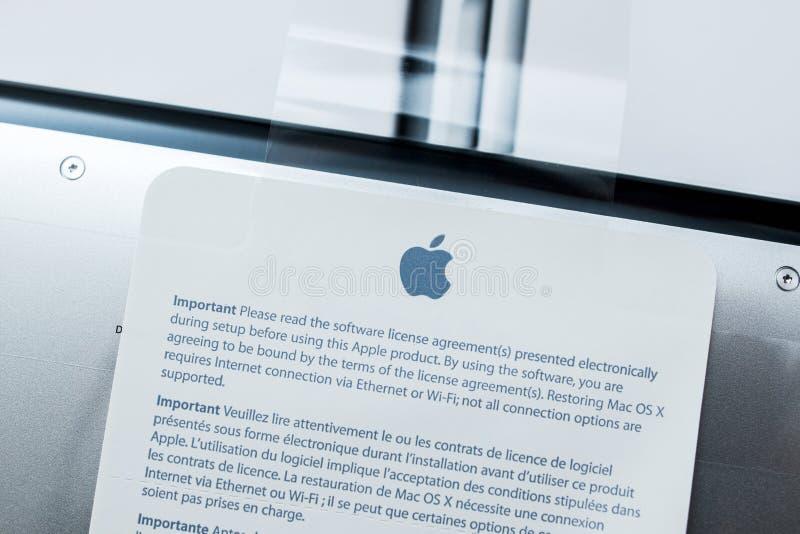 Unboxing novo do portátil da retina de Apple Macbook pro imagem de stock royalty free