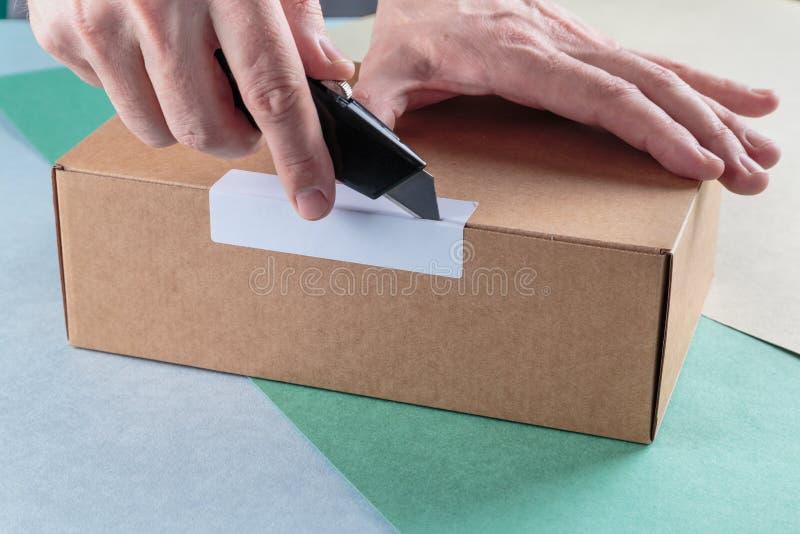Unboxing os pacotes embalados fotografia de stock