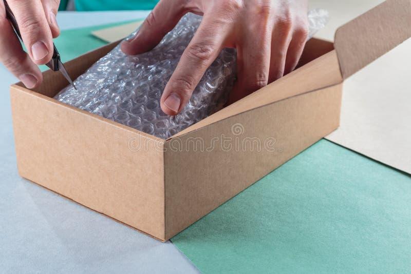 Unboxing os pacotes embalados fotografia de stock royalty free