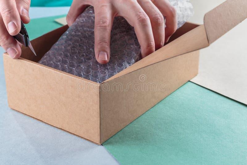 Unboxing os pacotes embalados imagem de stock