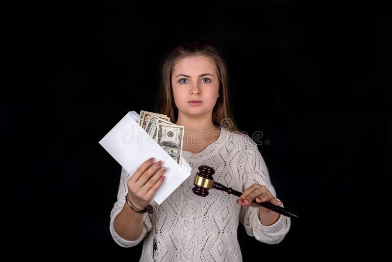 Unchained kvinnainnehavauktionsklubba och kuvert med pengar arkivbild