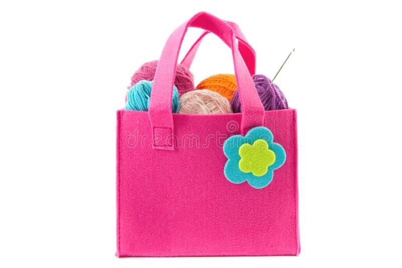 Uncinetto e palle di filato in una borsa del feltro fotografia stock libera da diritti