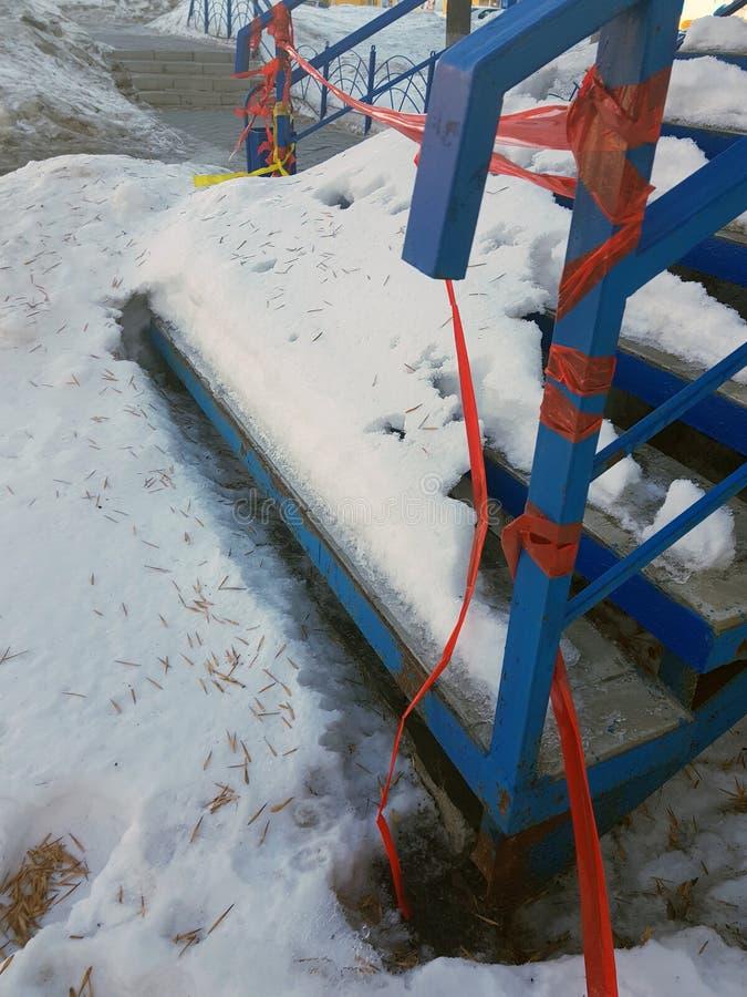 Uncleaned schodki w śniegu obrazy stock
