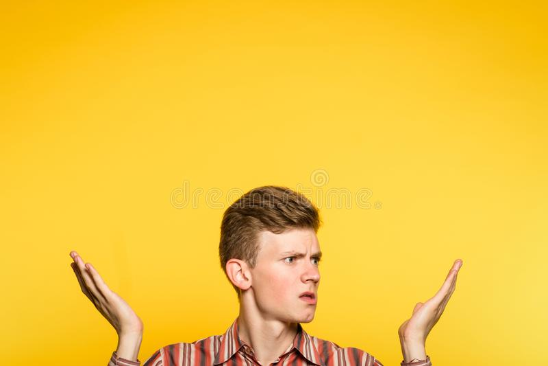 Uncomprehending озадаченный confused пункт человека вверх стоковая фотография rf