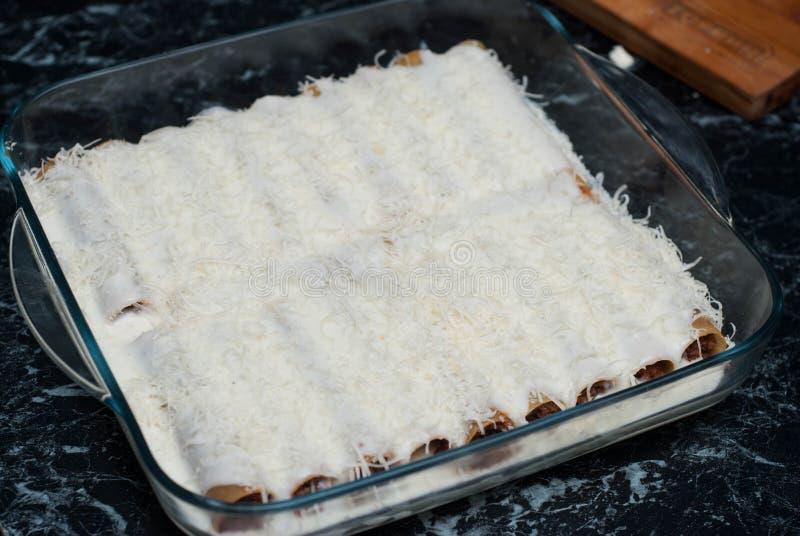 Uncooked Cannelloni makaron Faszerujący z Minced mięsa i Bechamel Białym kumberlandem Kropiący z serem gotowy wypiekowy zdjęcia royalty free