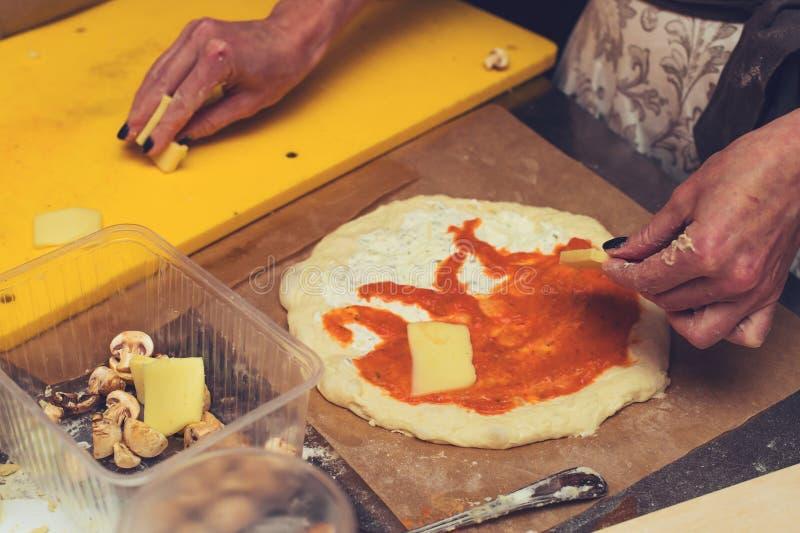 Uncooked ciasto z pomidorowym kumberlandem i serem Proces preparin obraz royalty free