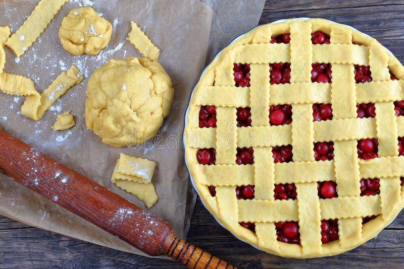 Uncooked czereśniowy kulebiak w pieczenia naczyniu zdjęcia royalty free