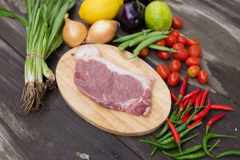 Uncooked mięsna surowa świeża wołowina przygotowywająca gotować z cebuli parsle zdjęcie stock