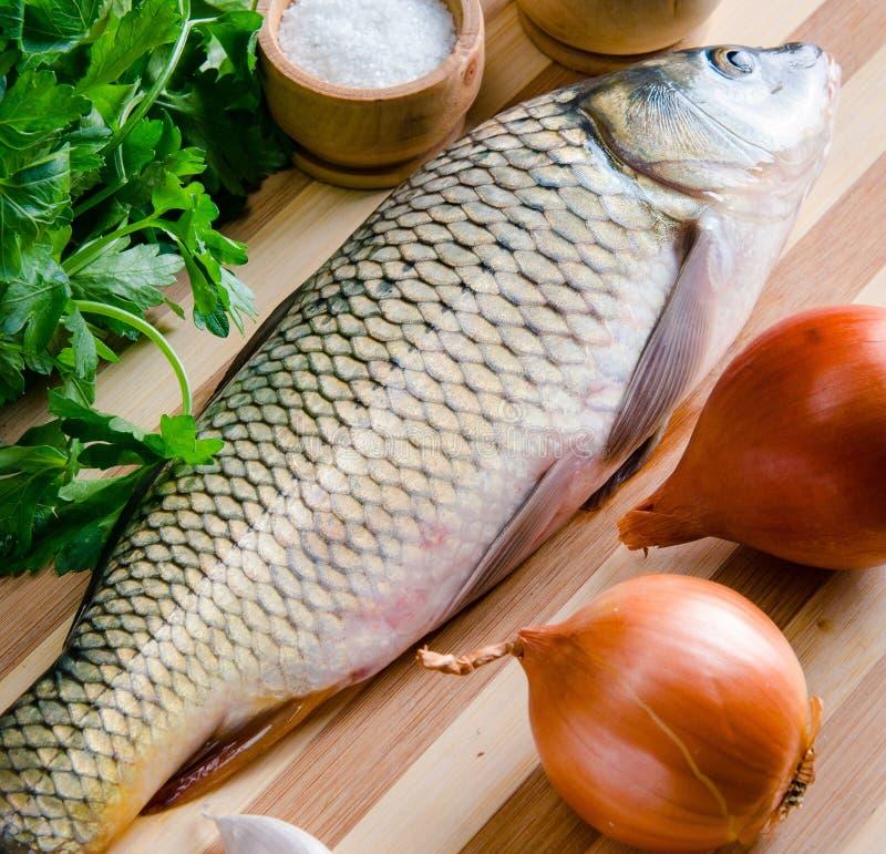 Uncooked ryba na tn?cej desce w posi?ku przygotowania poj?ciu fotografia stock