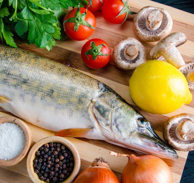 Uncooked ryba na tn?cej desce w posi?ku przygotowania poj?ciu obrazy royalty free