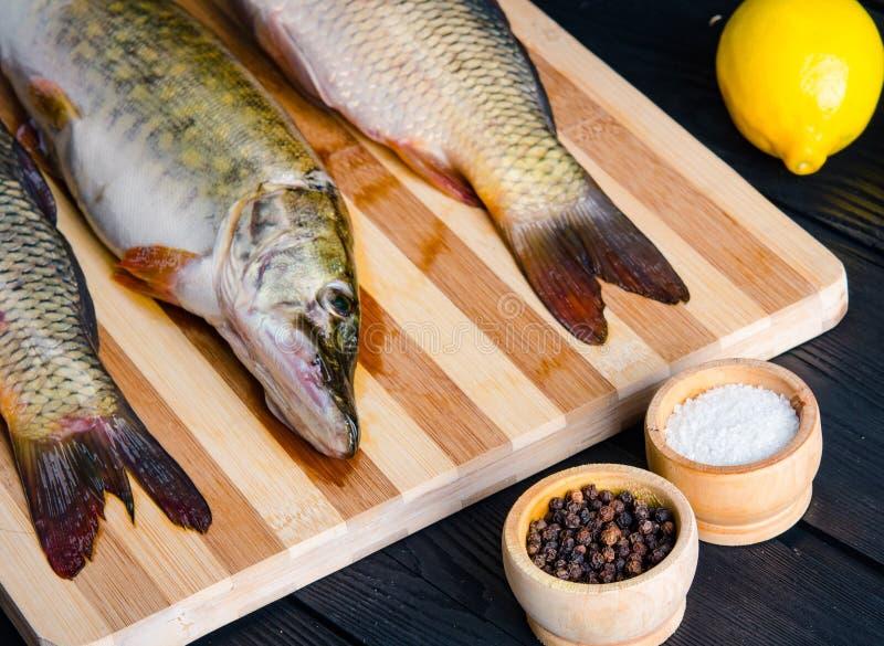 Uncooked ryba na tn?cej desce w posi?ku przygotowania poj?ciu zdjęcie royalty free
