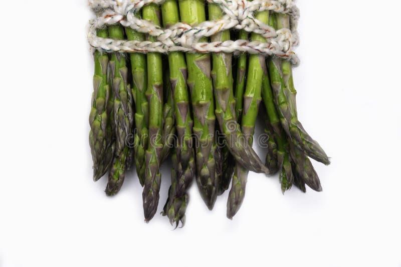uncooked zielony asparagus wiązał z dratwą, odizolowywającą na bielu fotografia royalty free