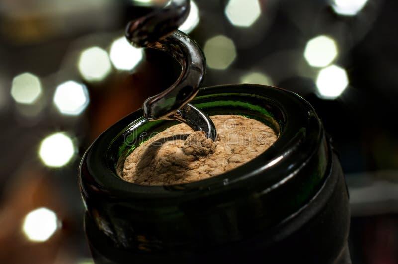 Uncork butelkę wino Na Silvester fotografia stock