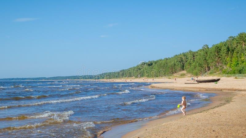 Uncrowded lato plaża na brzeg zimny morze bałtyckie zdjęcie royalty free