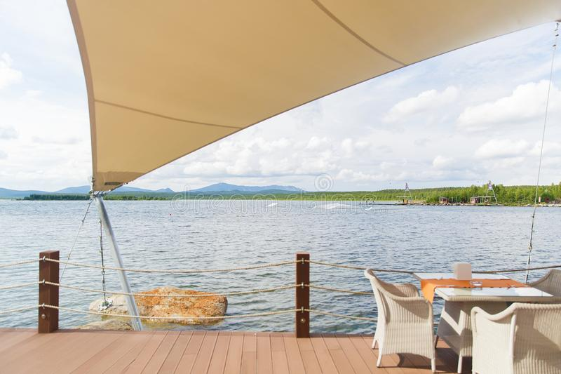 Und eine Tabelle im Café des Sees unter dem Zelt, Landschaft, Berge stockfoto