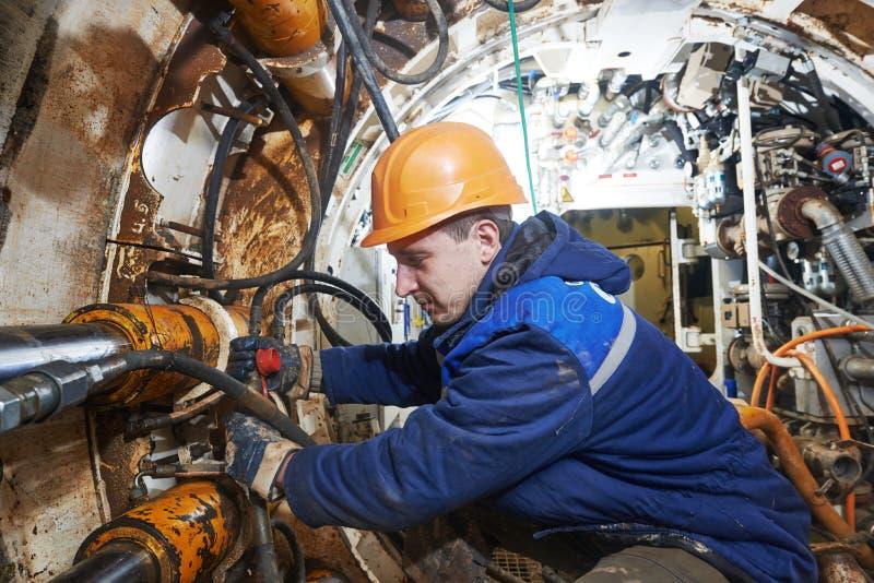 Undeground работая в тоннеле установка сборника сточной трубы стоковая фотография rf
