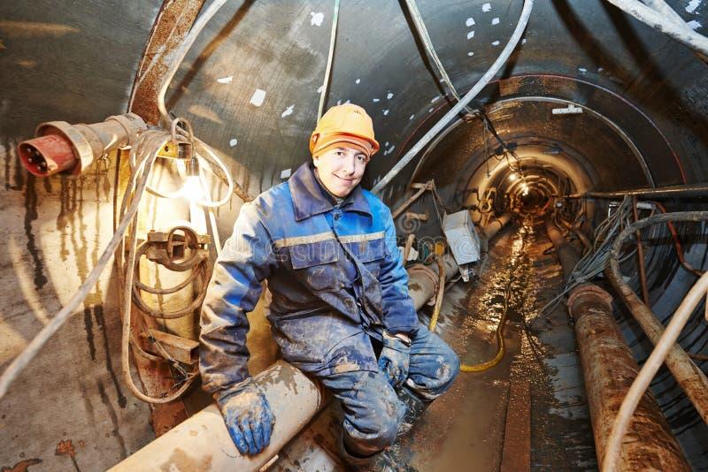 Undeground работая в тоннеле стоковое изображение