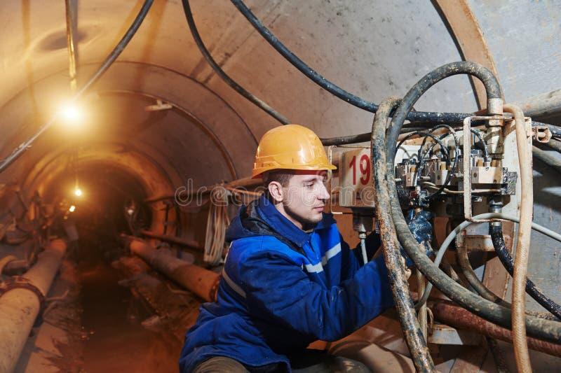 Undeground работая в тоннеле стоковое изображение rf