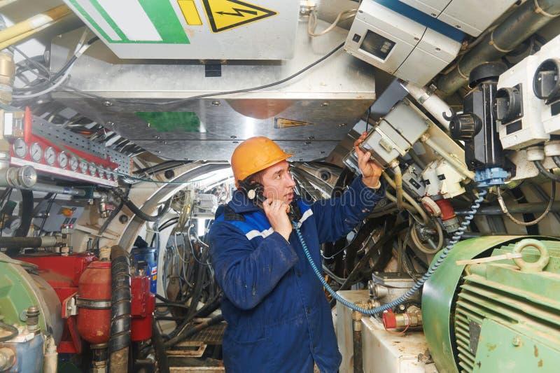 Undeground работая в тоннеле стоковые изображения rf