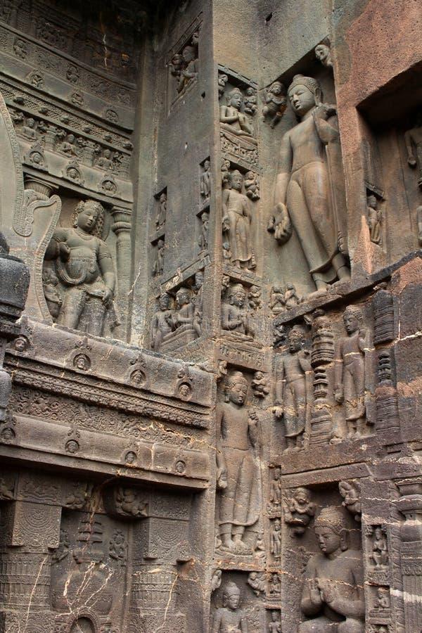 Under av Ajanta grottor, vagga-snitt de buddistiska monumenten royaltyfria foton