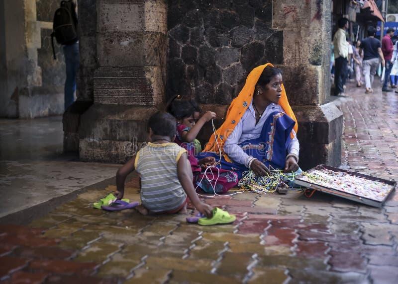 Under behörighetsgatuförsäljare i Mumbai Indien royaltyfria foton