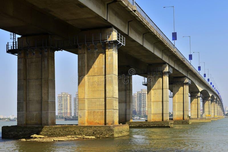 Under bron bron över floden, bropir royaltyfria foton