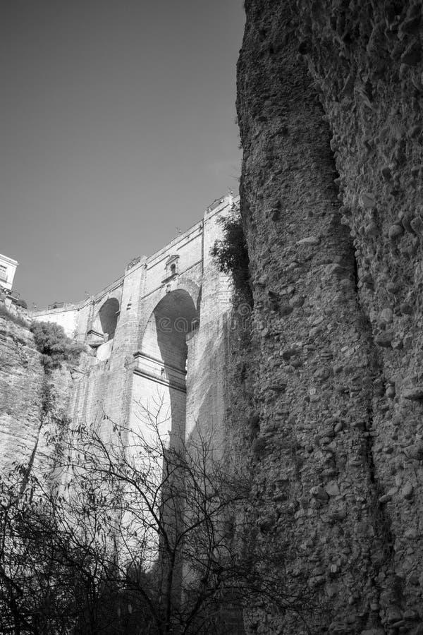Under bron i Ronda svartvita Spanien royaltyfri fotografi