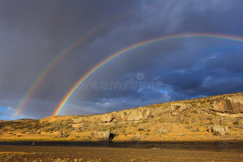 Under den dubbla regnbågen royaltyfria foton