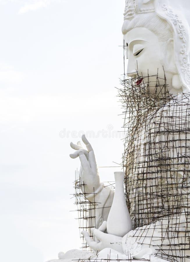 Under den konstruktionsGuan Yin (Pusa) statyn royaltyfri fotografi