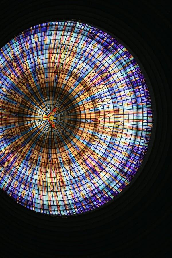Under en kulör kupol av den yamoussoukro domkyrkan arkivfoto