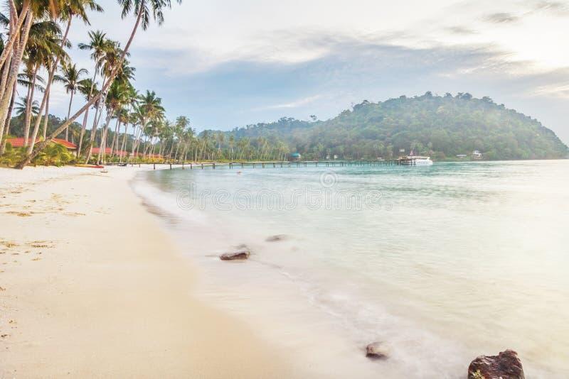 under för dyster sky för strand tropiskt arkivfoto
