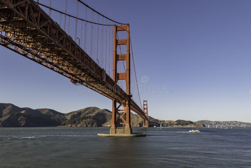 Under Golden gate bridge med klar himmel i San Francisco på Förenta staterna arkivfoton