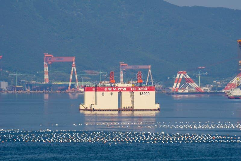 Under konstruerat av kustplattformen ankrar i fjärden framme av Samsung tung industri eller SHI i den Geoje ön arkivfoto