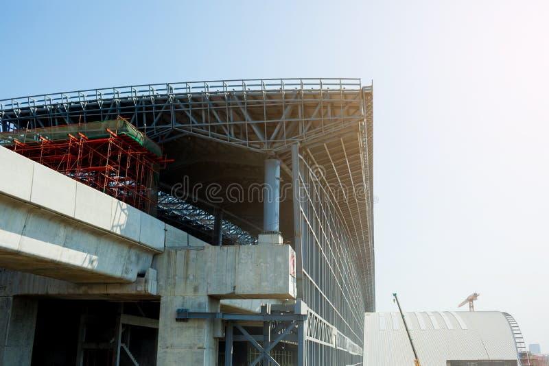 Under konstruktion av byggnader för det fria för metallstålram med bakgrund för blå himmel royaltyfri bild