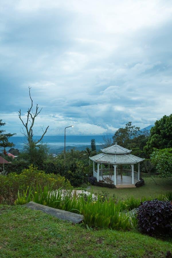Under konstruktionsgazebo p? den h?rliga tr?dg?rden Tr?dg?rdsikter av det Bandungan kullehotellet och semesterorten p? Semarang,  arkivbild