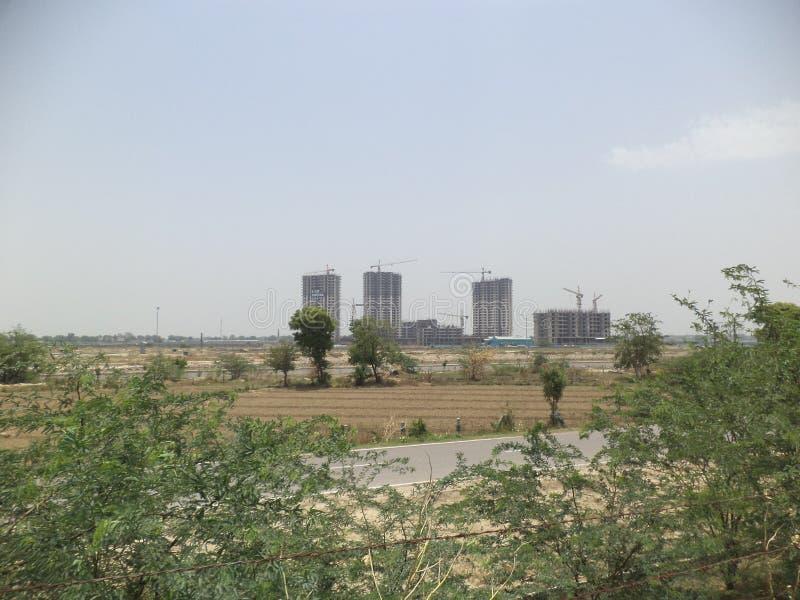 Under konstruktionslägenheter nära den Yamuna motorvägen arkivfoto