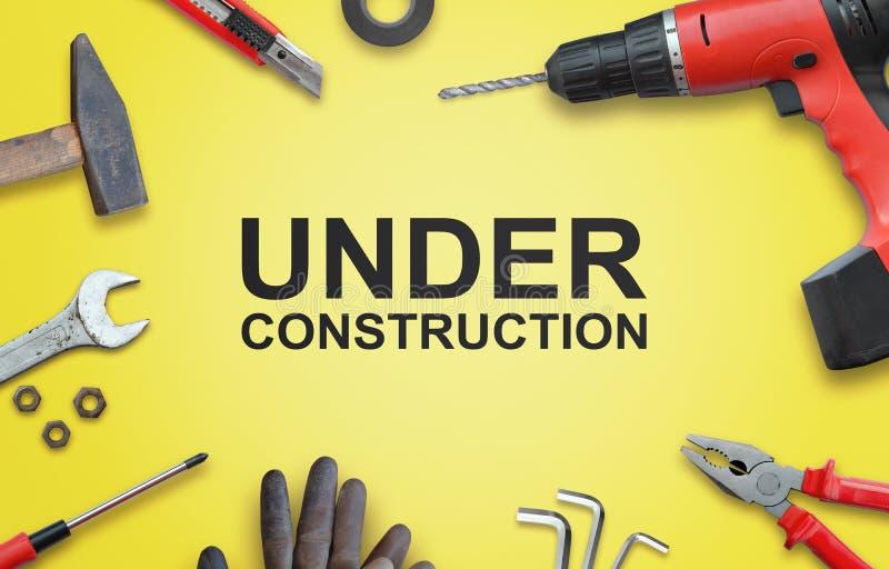 Under konstruktionssidan med hjälpmedel för hem- reparationer royaltyfri foto