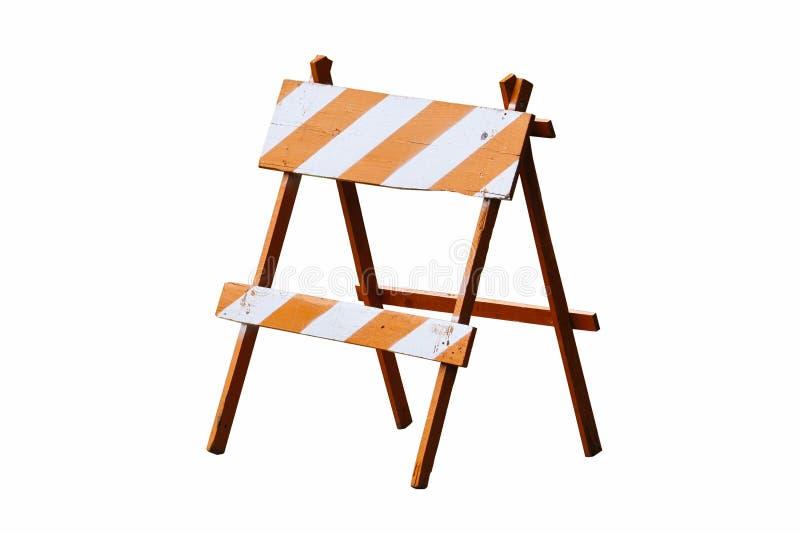 Under konstruktionsvägkvarteret: orange vit målad tappningträvägkvarter eller barriär som wood den isolerade rambarrikaden royaltyfri bild