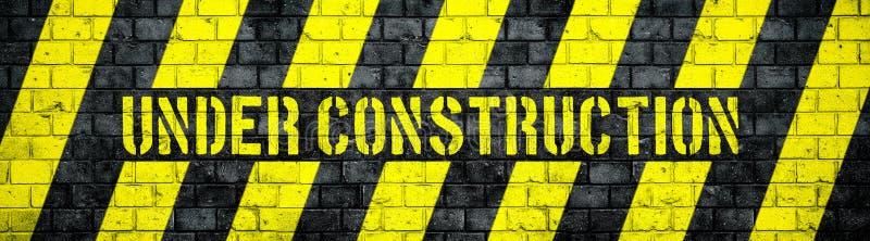 Under konstruktionsvarningstecken med guling- och svartband på format för panorama för betongväggtexturbakgrund brett vektor illustrationer
