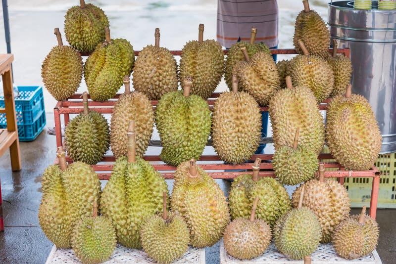 Under konungen av frukt som är till salu på hylla i marknad thailand arkivbilder