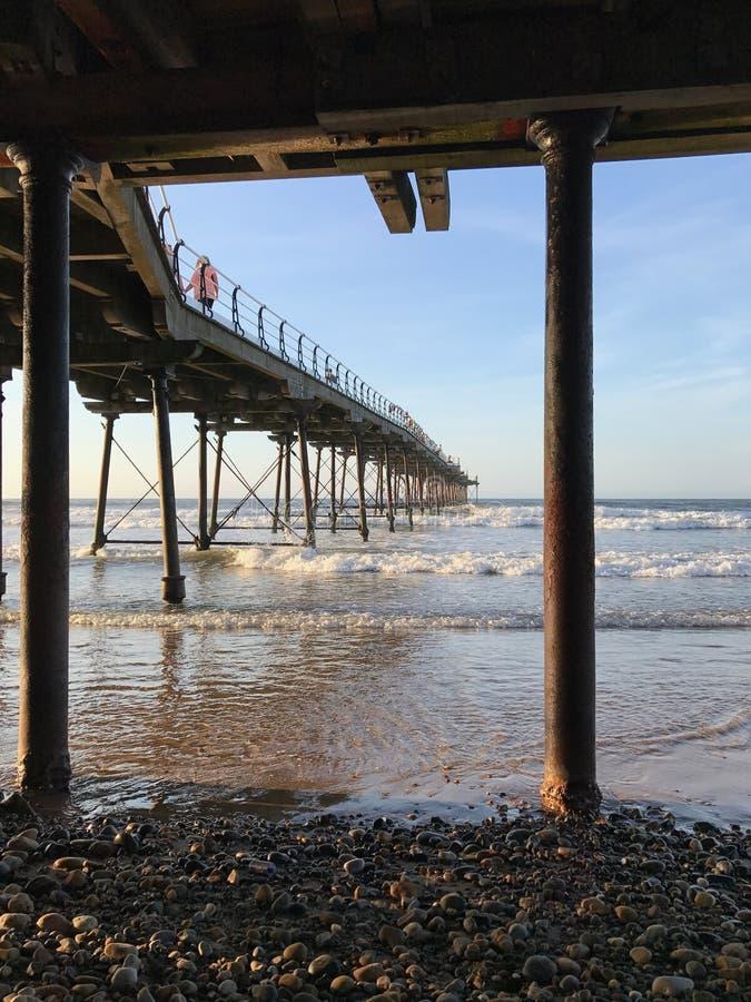 Under pir på Saltburn vid havet arkivfoto
