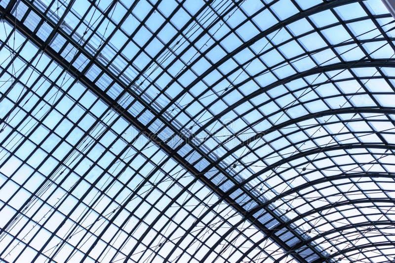 Under taklägga Exponeringsglaspaneltak med vita plankor under ljus blå himmel royaltyfri foto