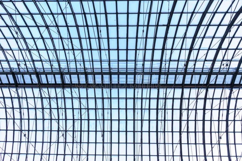 Under taklägga Exponeringsglaspaneltak med vita plankor under ljus blå himmel arkivbild