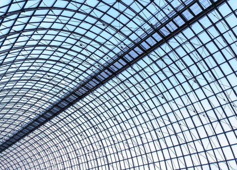 Under taklägga Exponeringsglaspaneltak med vita plankor under ljus blå himmel royaltyfri bild