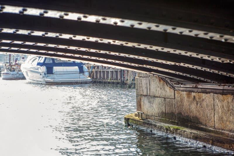 Under vattenbron royaltyfria bilder