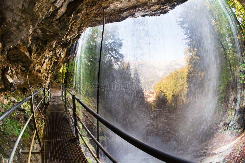 under vattenfallet royaltyfri foto