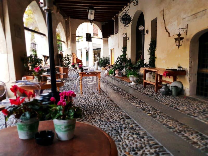 Under veranda i gammal stad av Treviso royaltyfria foton